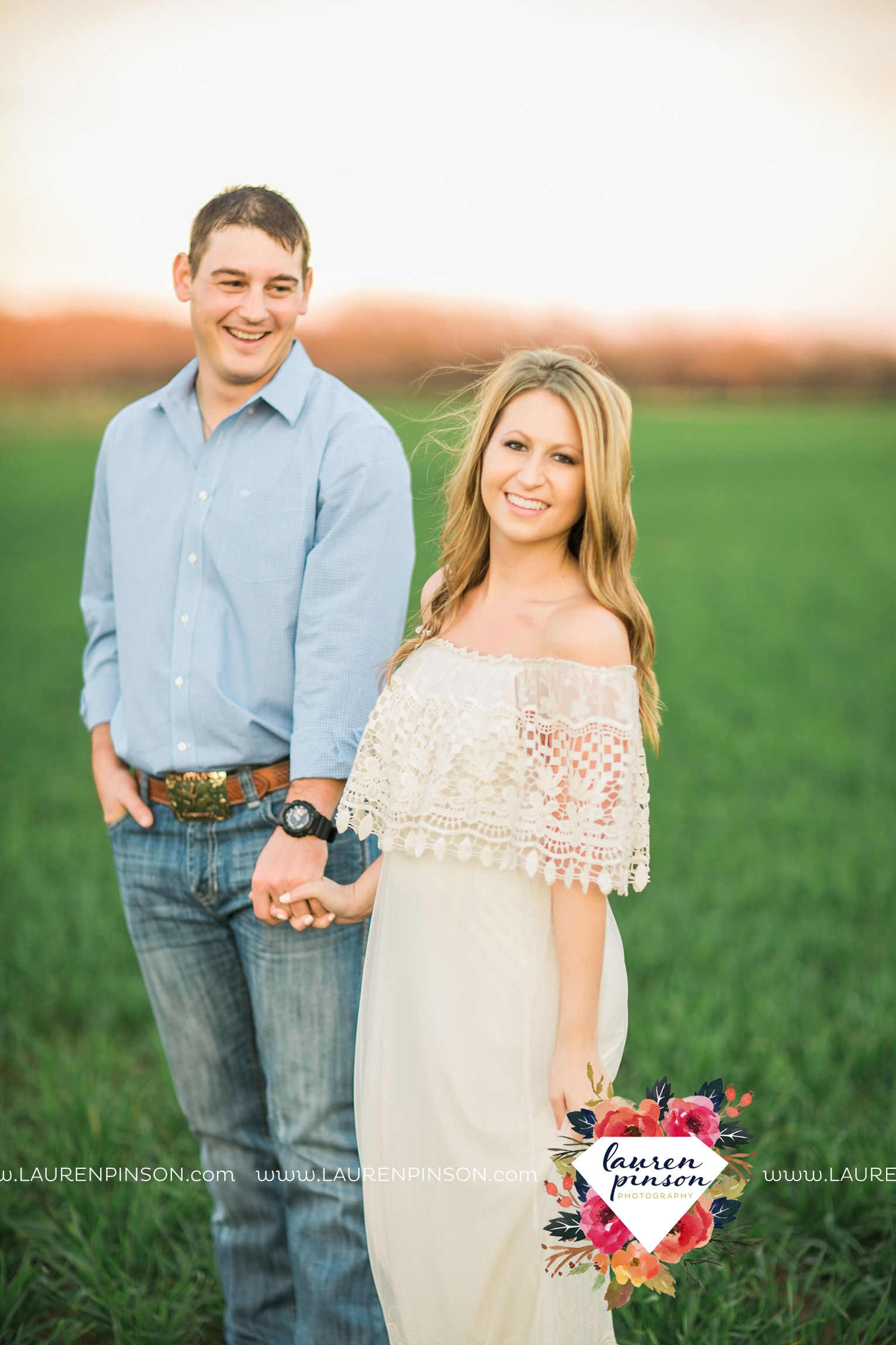 Wichita-falls-texas-country-outdoor-wheat-field-windthorst-engagement-session-and-wedding-photographer-00011.jpg