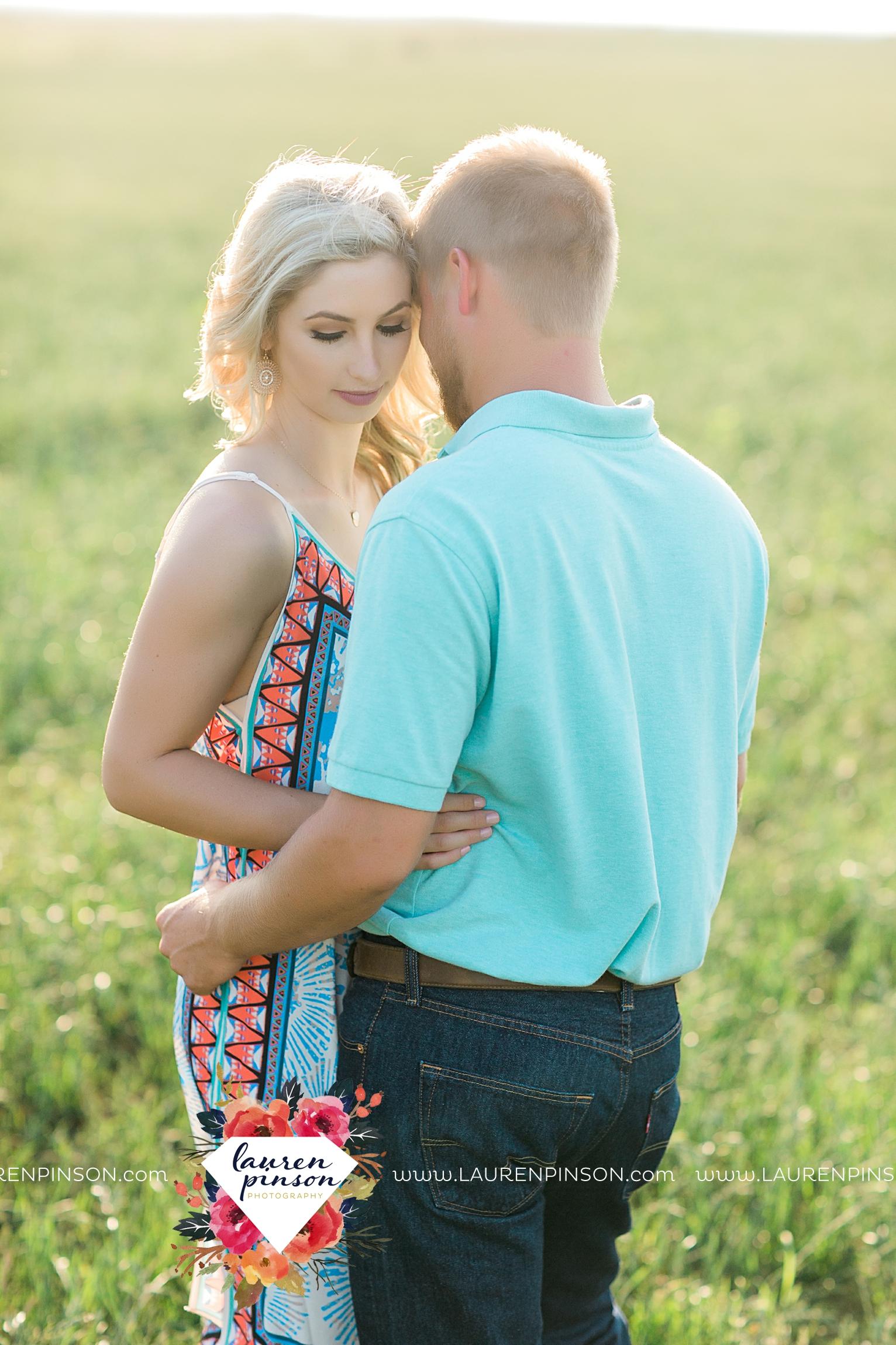 wichita-falls-texas-wedding-photographer-scotland-texas-engagement-session-country-barn-field-windthorst_2744.jpg