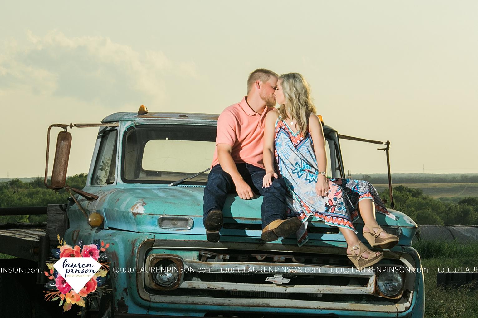 wichita-falls-texas-wedding-photographer-scotland-texas-engagement-session-country-barn-field-windthorst_2750.jpg