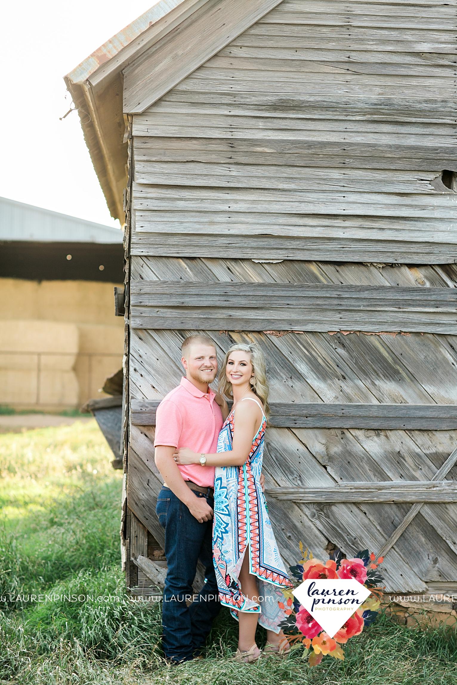 wichita-falls-texas-wedding-photographer-scotland-texas-engagement-session-country-barn-field-windthorst_2751.jpg