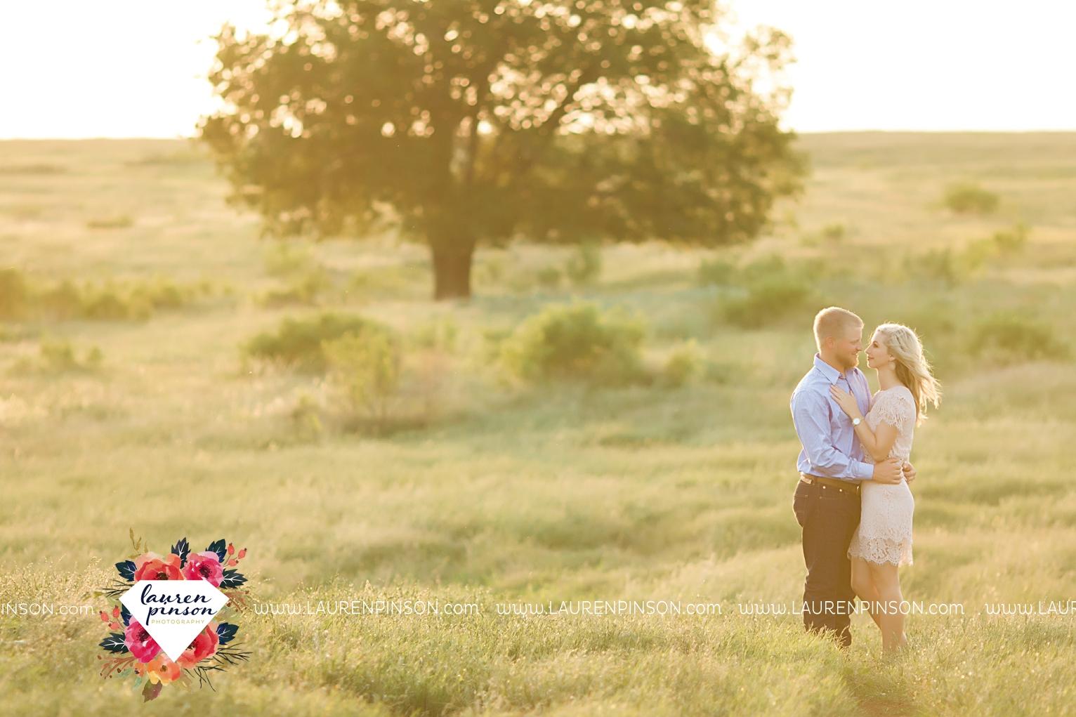 wichita-falls-texas-wedding-photographer-scotland-texas-engagement-session-country-barn-field-windthorst_2757.jpg