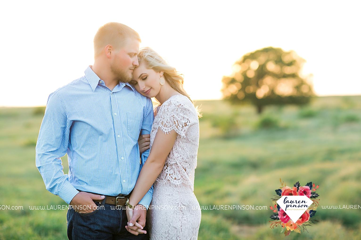 wichita-falls-texas-wedding-photographer-scotland-texas-engagement-session-country-barn-field-windthorst_2770.jpg