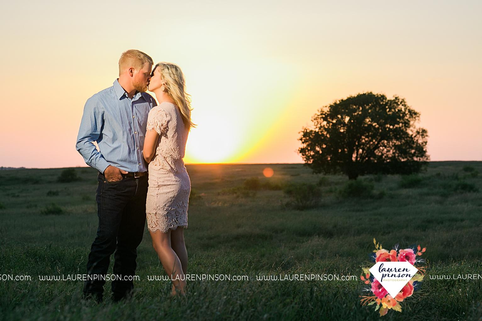 wichita-falls-texas-wedding-photographer-scotland-texas-engagement-session-country-barn-field-windthorst_2771.jpg
