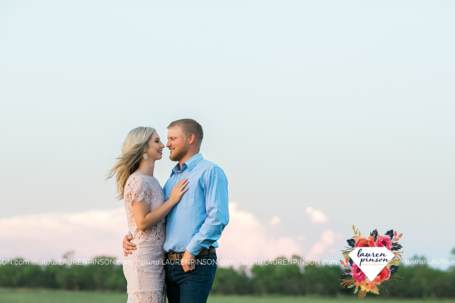 wichita-falls-texas-wedding-photographer-scotland-texas-engagement-session-country-barn-field-windthorst_2774.jpg