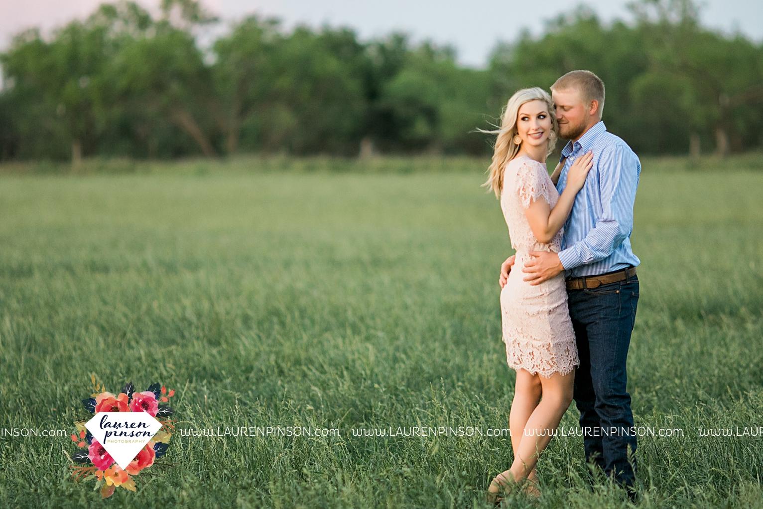 wichita-falls-texas-wedding-photographer-scotland-texas-engagement-session-country-barn-field-windthorst_2775.jpg