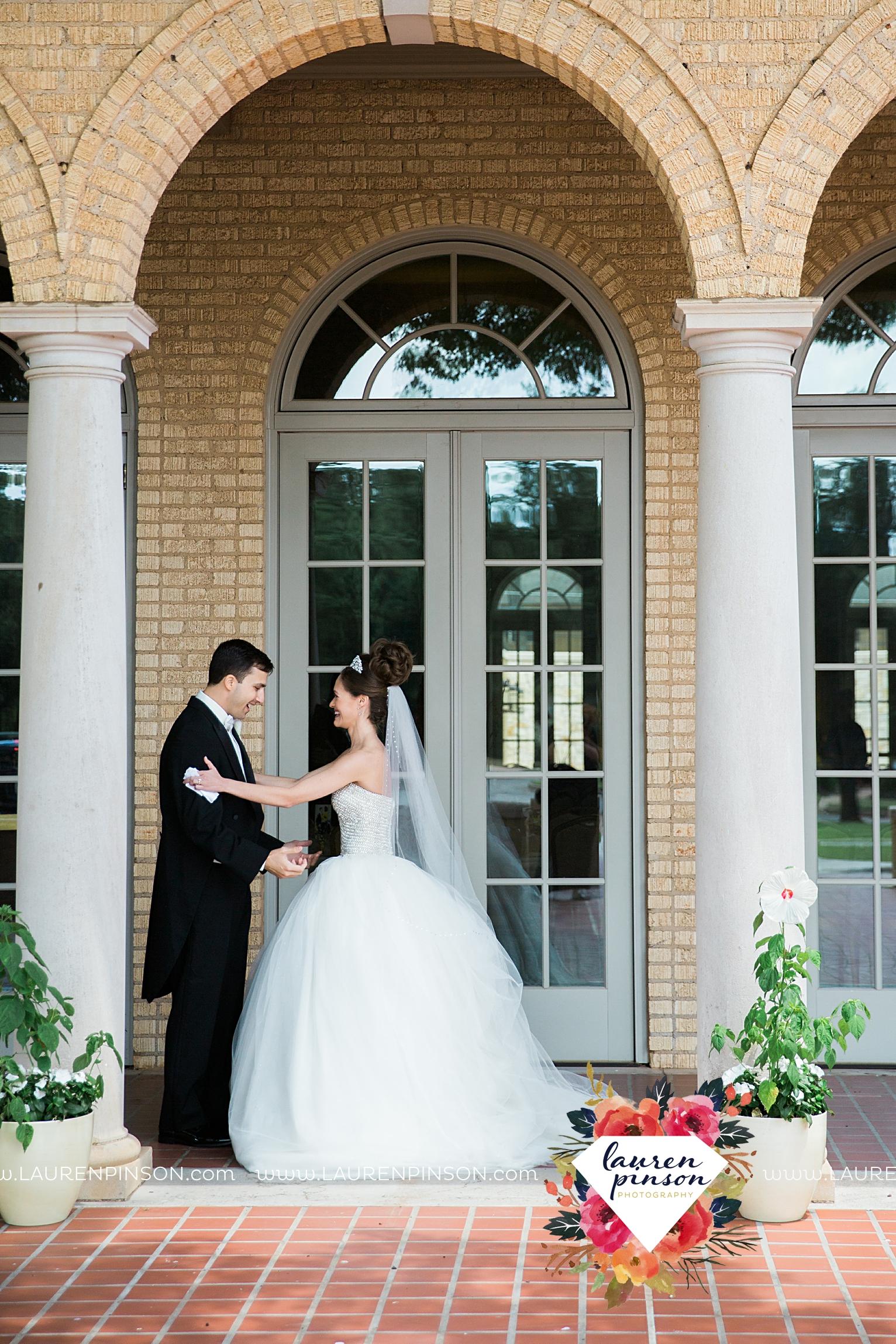 wichita-falls-texas-wedding-photographer-the-forum-by-the-kemp-mayfield-events-ulta-gold-glitter_2824.jpg