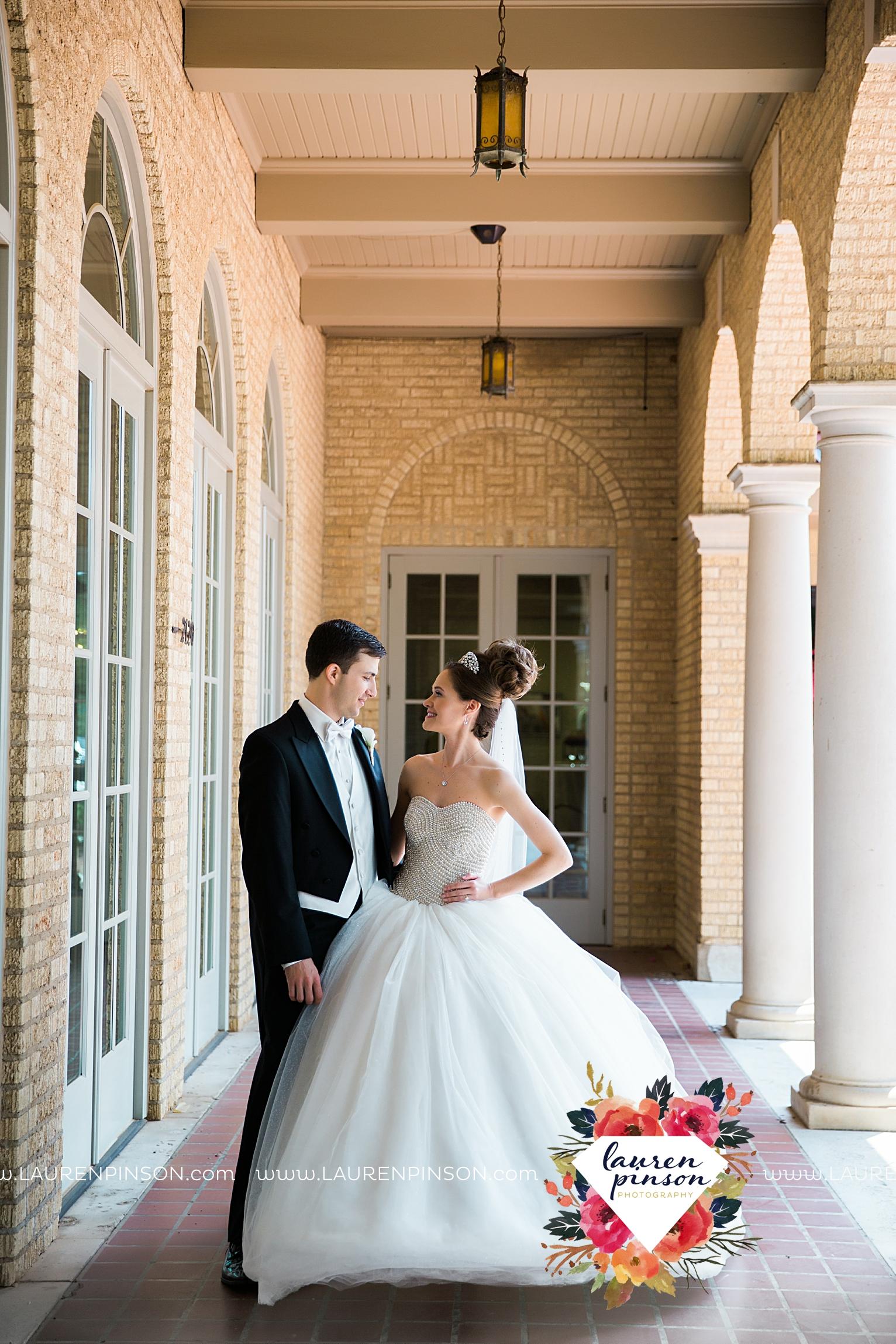 wichita-falls-texas-wedding-photographer-the-forum-by-the-kemp-mayfield-events-ulta-gold-glitter_2829.jpg