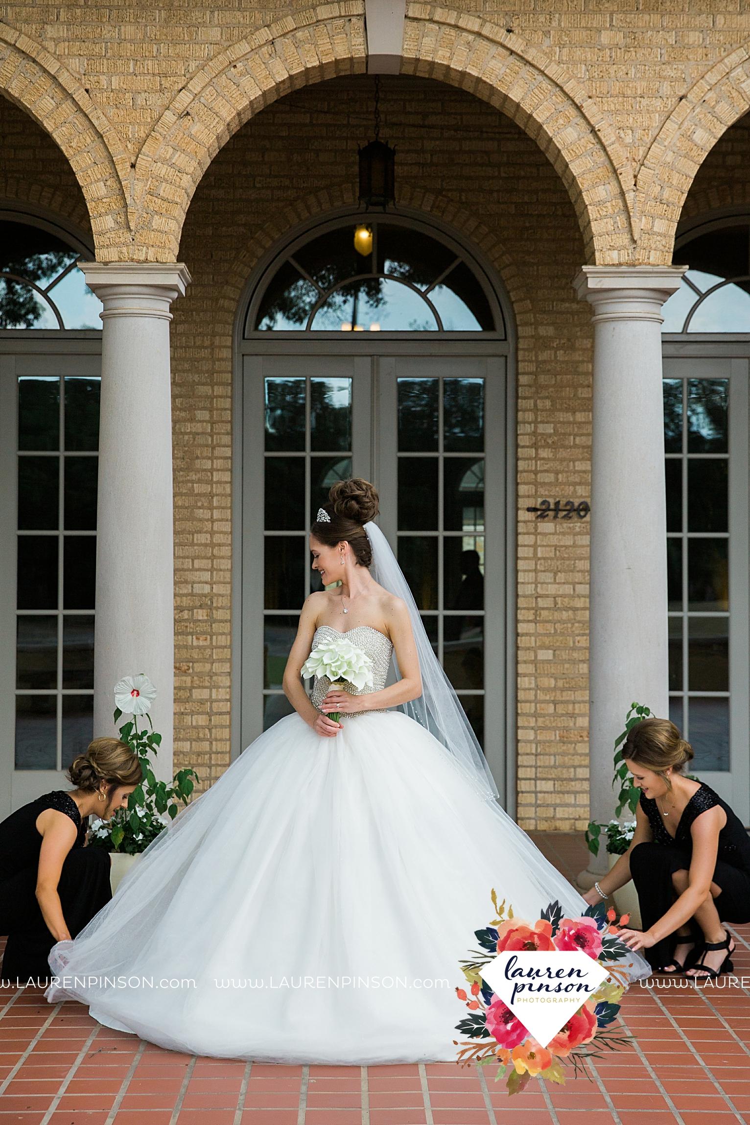 wichita-falls-texas-wedding-photographer-the-forum-by-the-kemp-mayfield-events-ulta-gold-glitter_2830.jpg