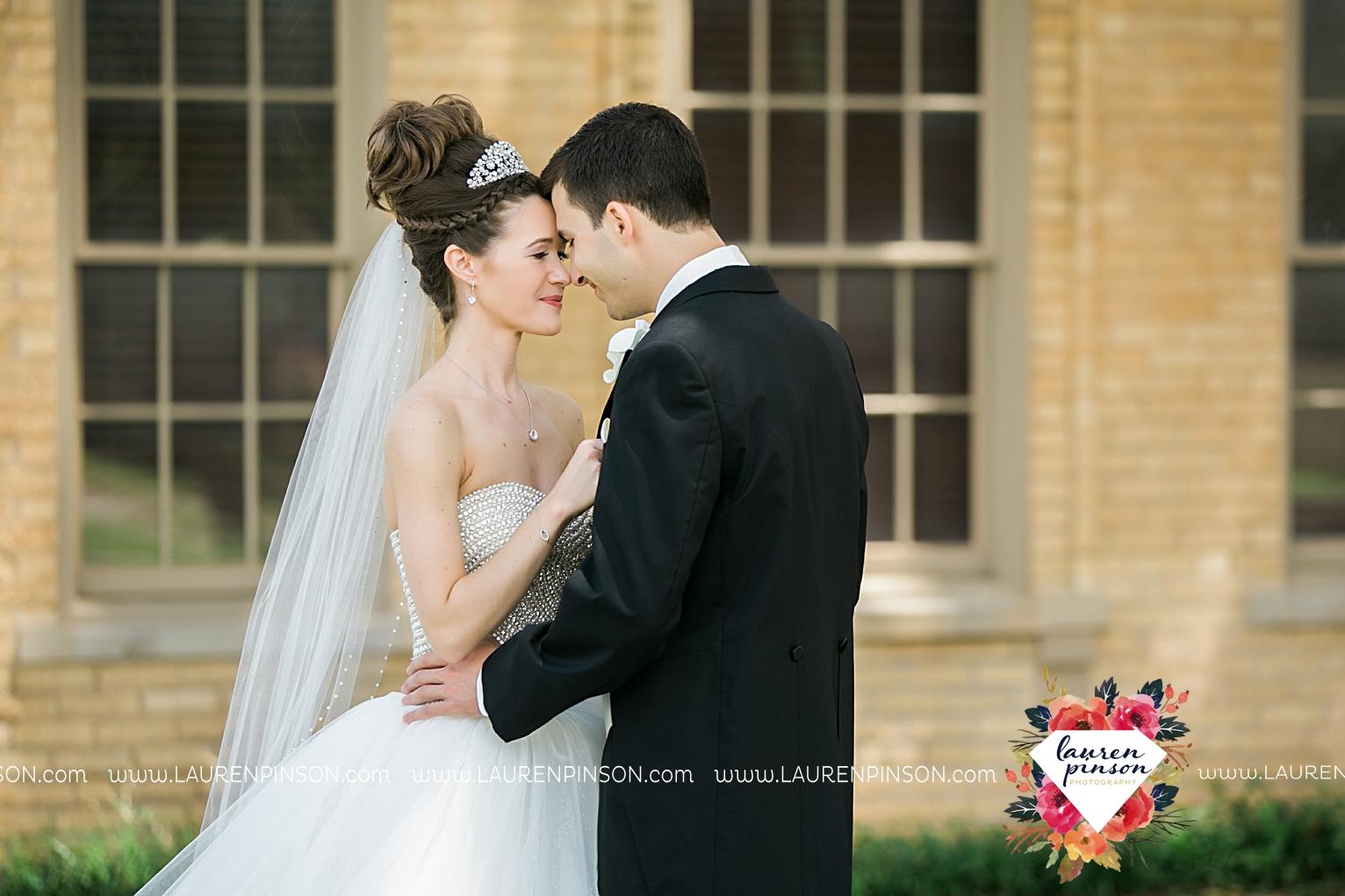 wichita-falls-texas-wedding-photographer-the-forum-by-the-kemp-mayfield-events-ulta-gold-glitter_2833.jpg
