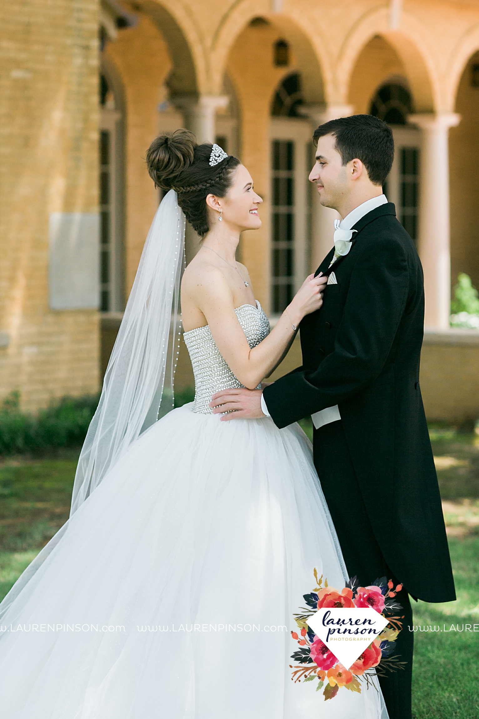 wichita-falls-texas-wedding-photographer-the-forum-by-the-kemp-mayfield-events-ulta-gold-glitter_2834.jpg