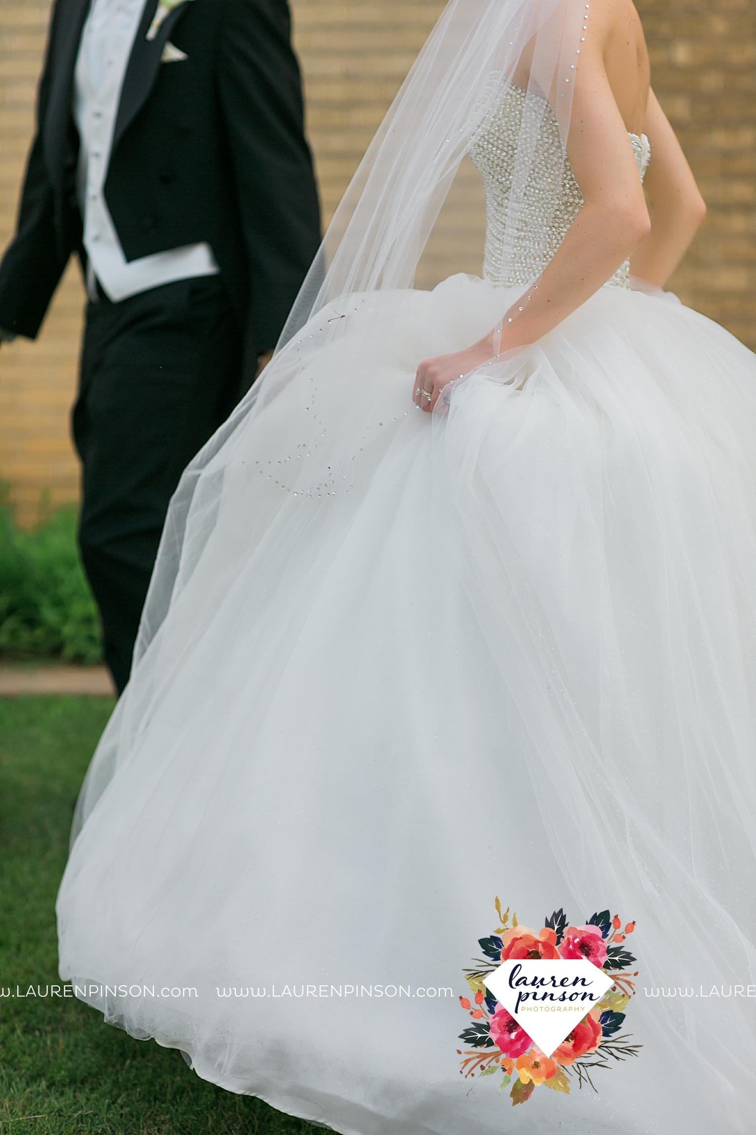 wichita-falls-texas-wedding-photographer-the-forum-by-the-kemp-mayfield-events-ulta-gold-glitter_2835.jpg