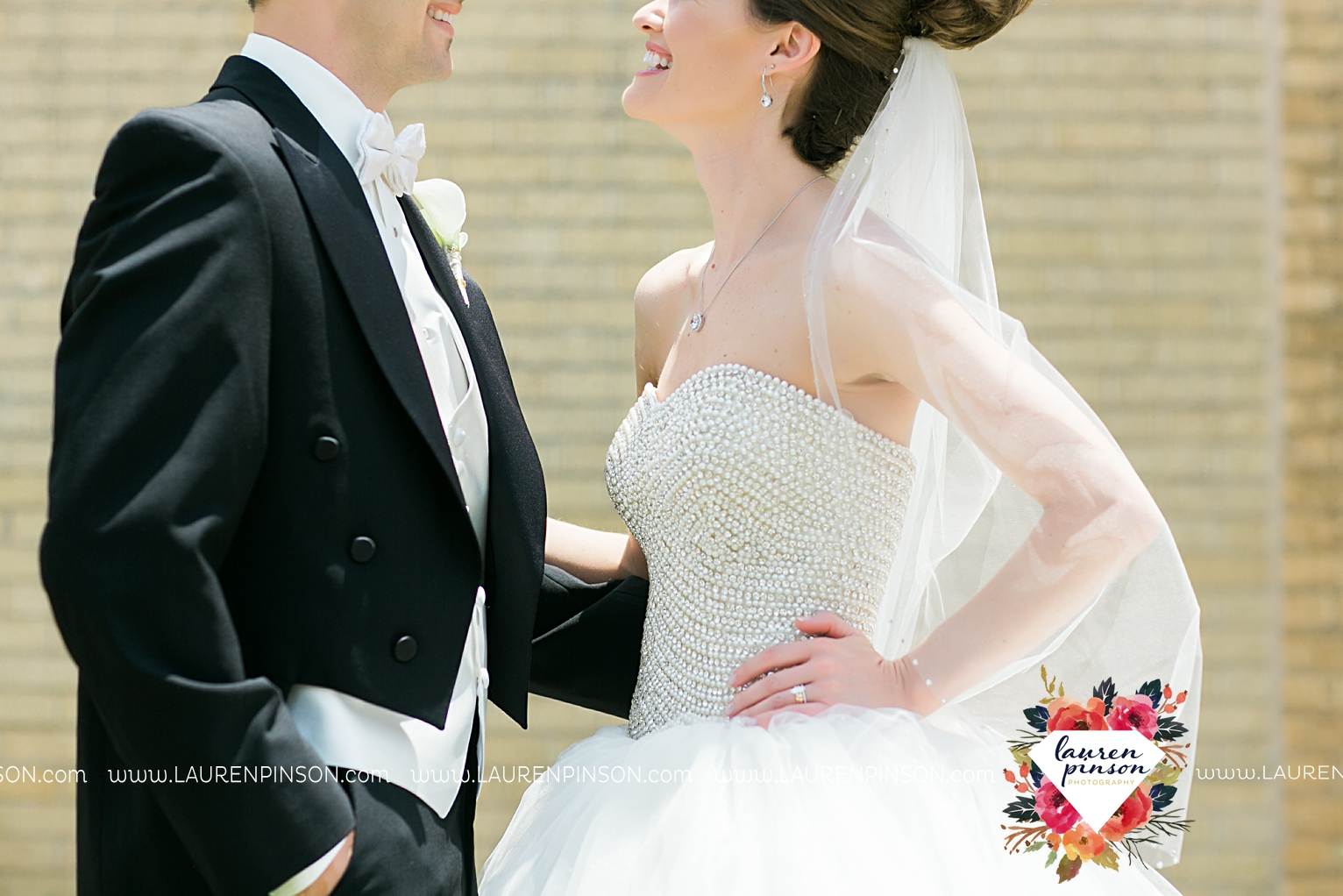 wichita-falls-texas-wedding-photographer-the-forum-by-the-kemp-mayfield-events-ulta-gold-glitter_2837.jpg
