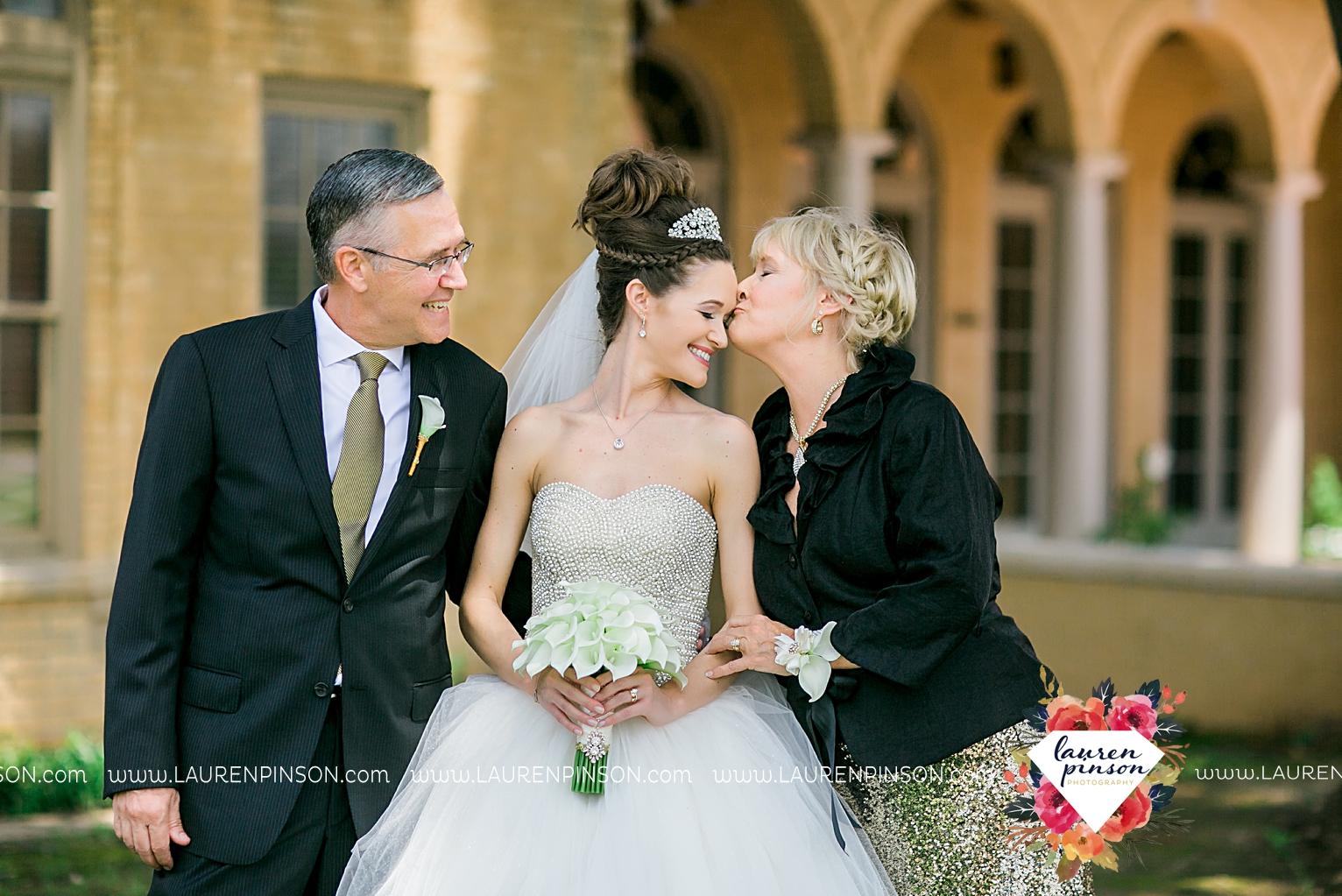 wichita-falls-texas-wedding-photographer-the-forum-by-the-kemp-mayfield-events-ulta-gold-glitter_2849.jpg