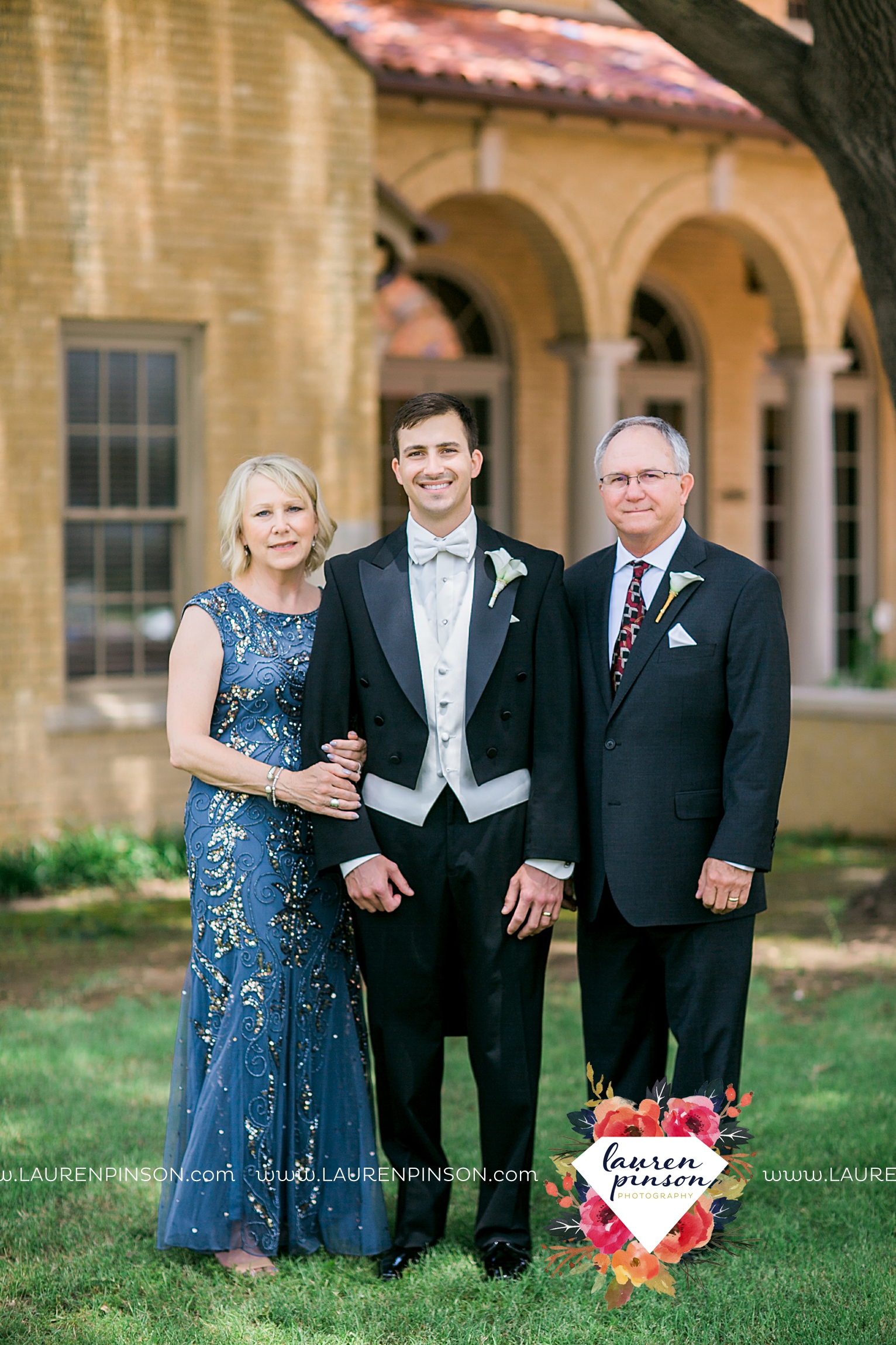 wichita-falls-texas-wedding-photographer-the-forum-by-the-kemp-mayfield-events-ulta-gold-glitter_2851.jpg