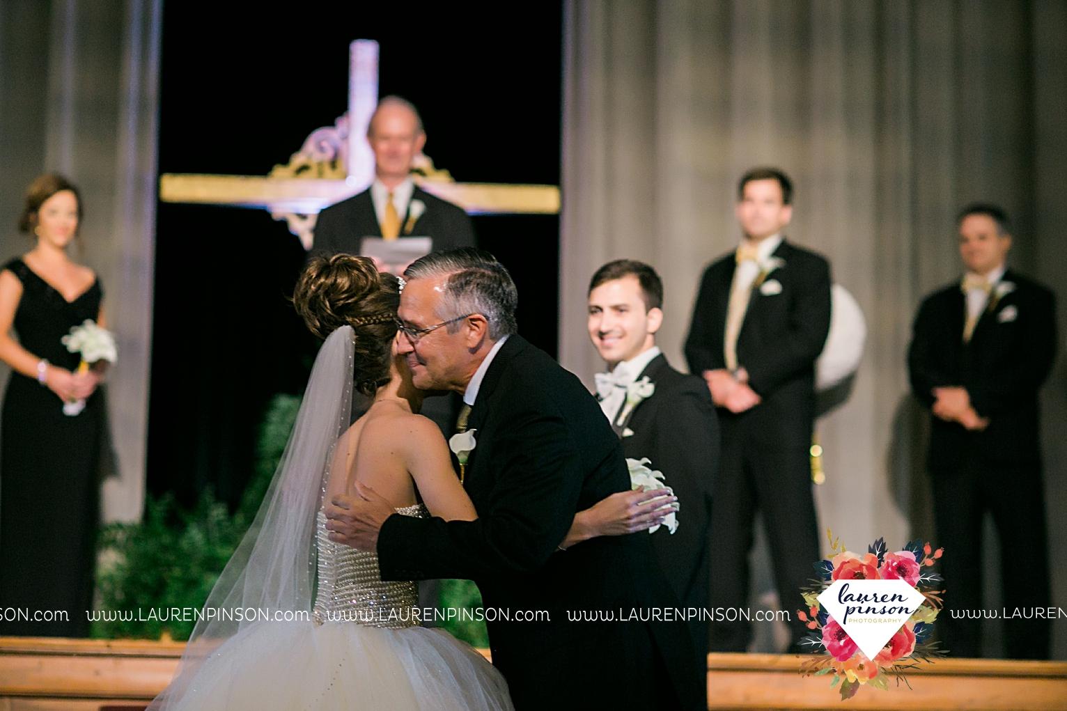 wichita-falls-texas-wedding-photographer-the-forum-by-the-kemp-mayfield-events-ulta-gold-glitter_2864.jpg