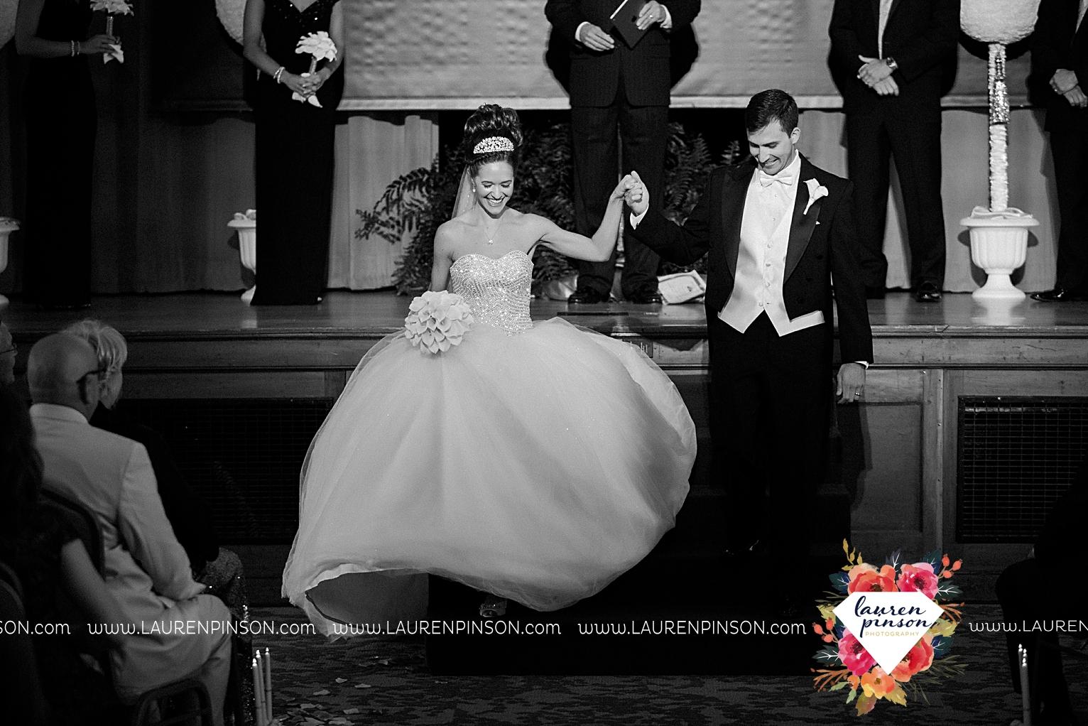 wichita-falls-texas-wedding-photographer-the-forum-by-the-kemp-mayfield-events-ulta-gold-glitter_2868.jpg
