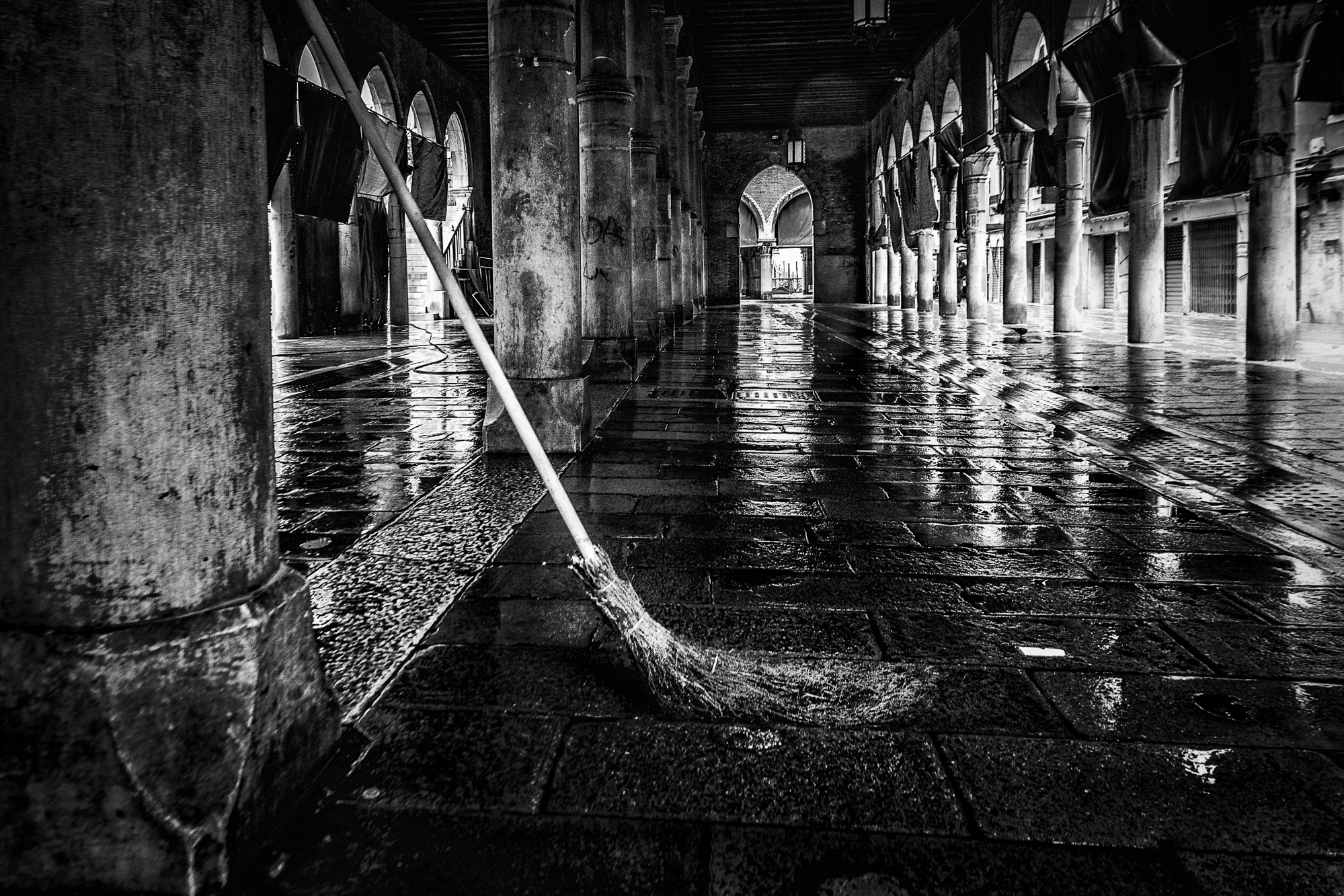 The stick broom is a reality in Venice