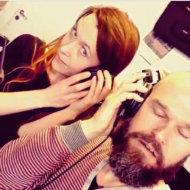 Full koncentration när Johanna och Carl Mikael körar på Berätteribolagets signaturmelodi. Lyssna via hemsidan. #berätteribolaget #sagoshowen