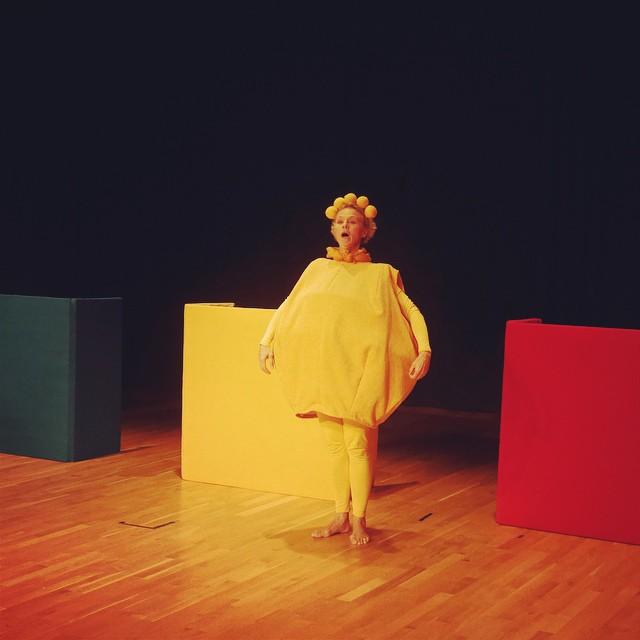 """Fredagspremiär av föreställningen #färgerna. """"3 olika figurer i 3 olika former kommunicerar på 3 olika sätt."""" För alla småttisar upp till 4 år. Turné i Skåne under höst och vår. #barnkultur #bullerochbreja #barnteater #barnmusik #kulturförbarnochunga #kbu"""