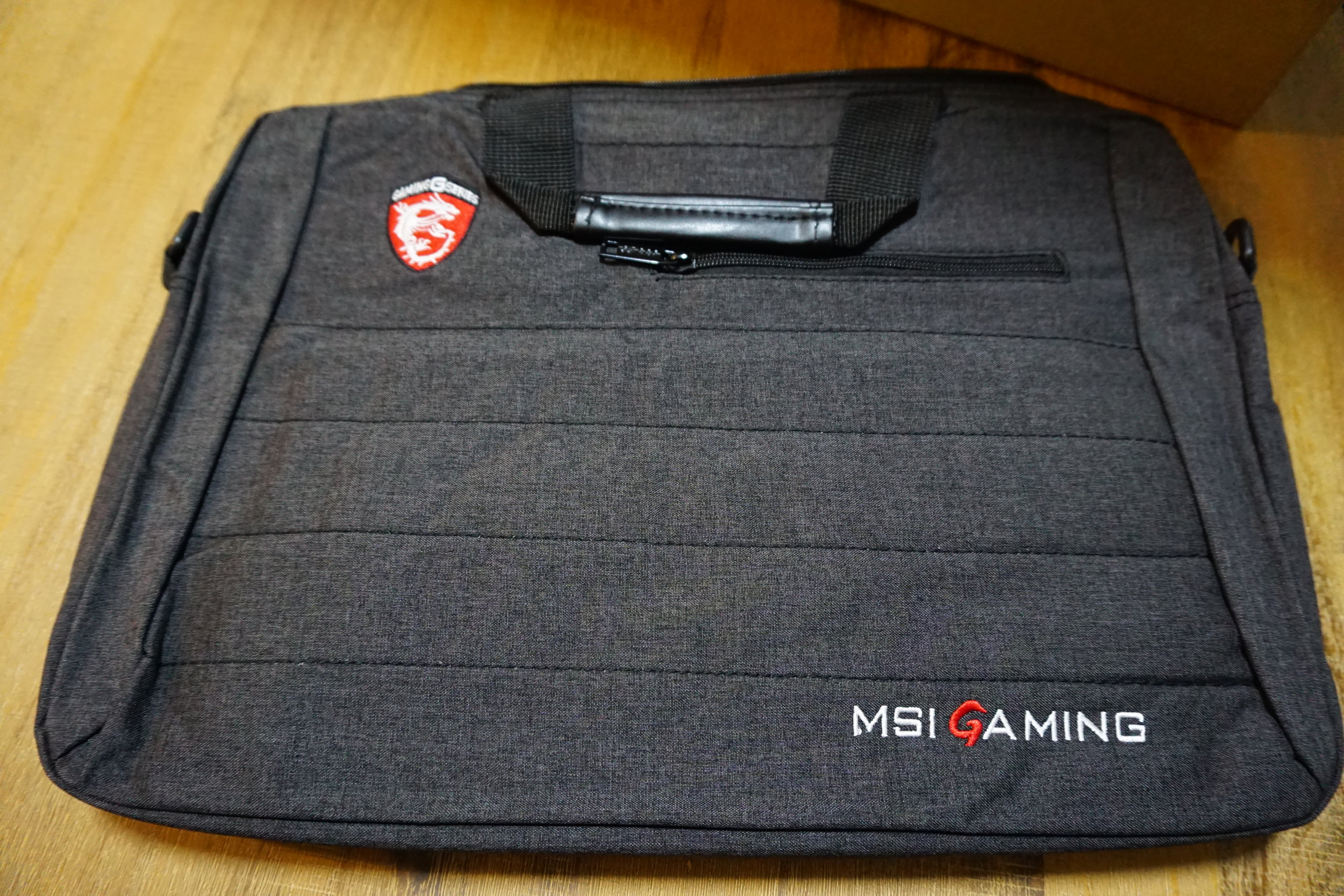 It also comes with a fairly well made dark grey carrying bag.