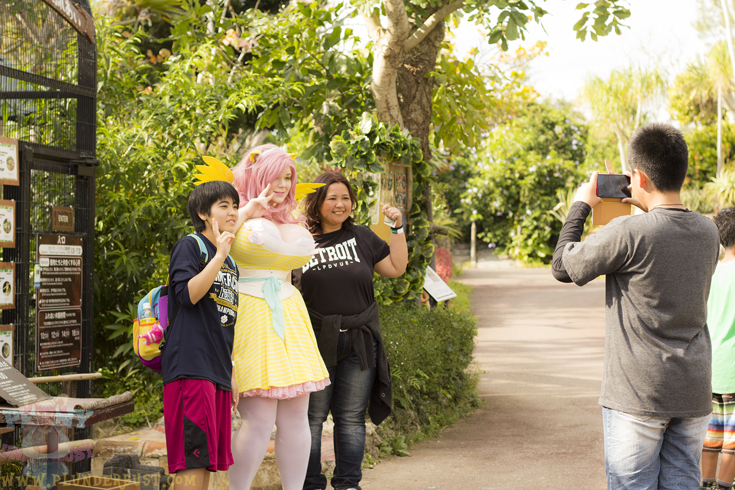 A few groups of people asked to take photos with me- as is normal when I go into the public dressed this way. =p