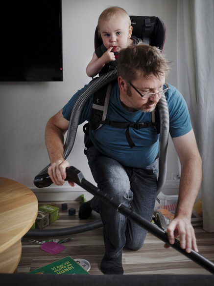 No country provides such accommodating parental leave as Sweden. The country's system allows parents to stay out of work for 480 days in total and benefit from an allowance granted by the State. Most importantly, 60 of these days must be taken off by the father, or they are lost.