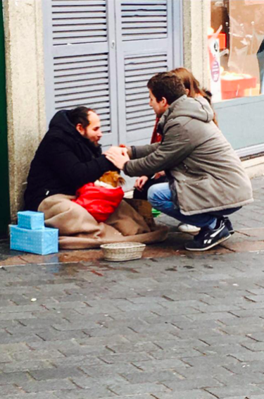 Volunteers for Un Cado pour un Charclo bringing a gift to a homeless person in Lille, 24/12/2017