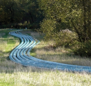 Long blue pe pressure pipes meandering in the field_1280x1205px_E_NR-10013.JPG