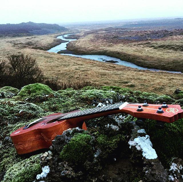 Taking a rest in the strange #landscape, my #icelandic #tatooed #ukulele amidst the rocks and fresh rivers. #goingnorth #adventure #travelblogger #uke