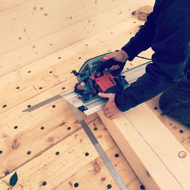On the work 💪🏼🔨 Und wieder eine Familie glücklich 🍀 machen, Sie freuen sich ihr gesundes Leben im Holz100 Haus noch mehr aus zu leben 🙏🏼🎁🏡 #holz100ost #holz100 #holz100haus #holzbau #holz100berlin #woodfeelsgood #woodworking #wood_feels_good #holzhaus #maffel #kss #zimmerer #zimmermann #hochdiezimmererkunst #cradletocradle #erwinthoma #thomahaus #thomahausberlin #gesundleben #plastikfrei #lovewood #ihrhaus #deinhaus #wohnen #hausbauen #häuslebauer #bauen