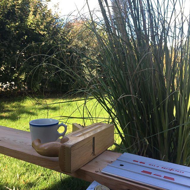 Lecker 😋 Pause und Kaffee ☕️ mit Sonnenschein ☀️ Einfach nur einen Gruß 🎁  #gruß #Sonne #hobel #Kaffee #Tasse #natur #aufdemland #brandenburg #hochdiezimmererkunst #hochdietischlerkunst #schreiner #mafell #gräser #garten #gesichtindersonne #oktober #herbst #holzbau #holzhaus #ausbau #lärche #gesundbauen #craftsman #woodworkerlife #handwerker #woodfeelsgood #wood_feels_good #holz #kunst #photography