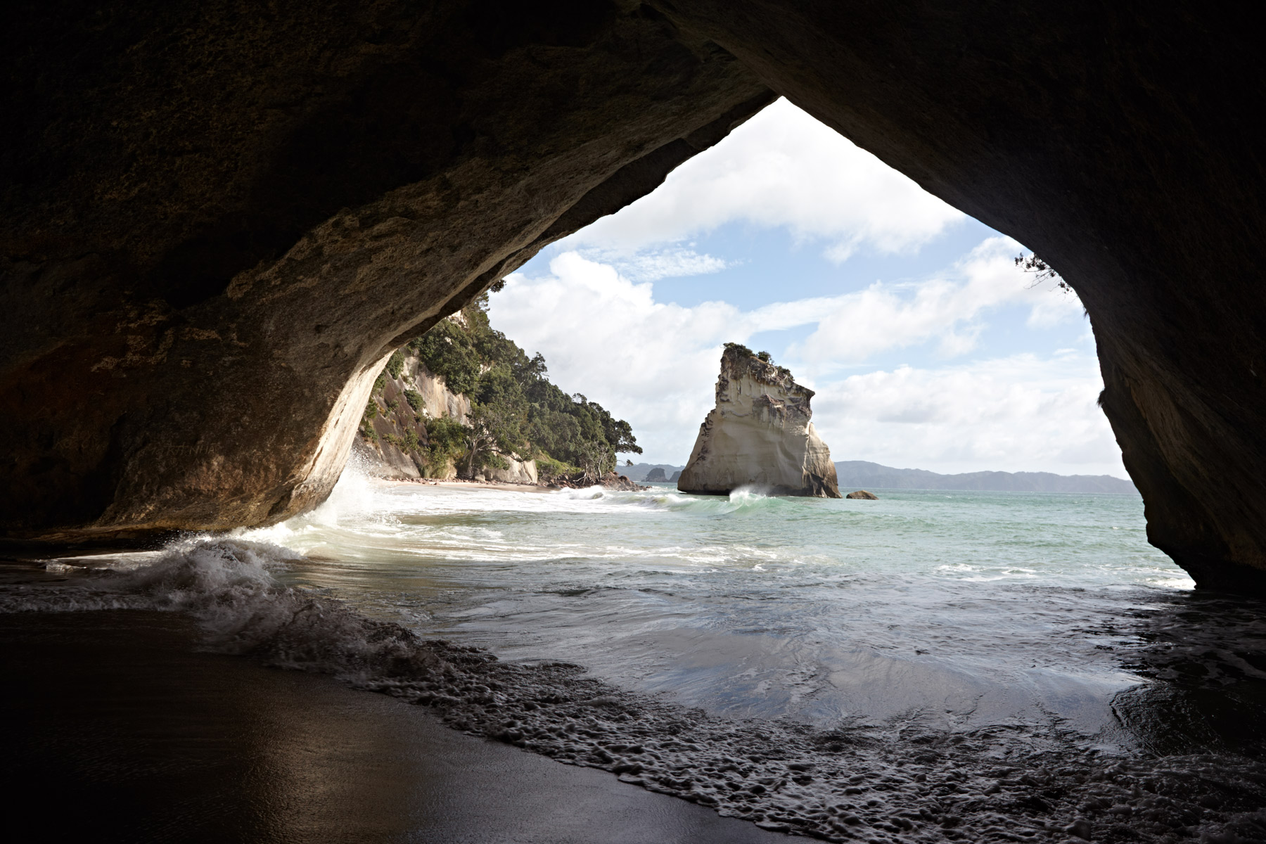 New_Zealand_North_Island_Cathedral_Cove_02.jpg