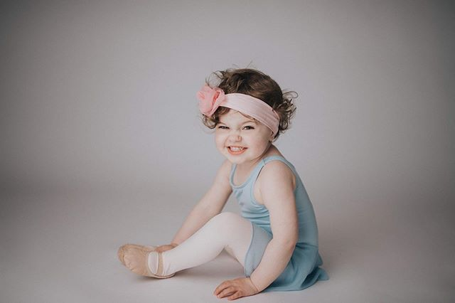 She danced to the beat of her own drum. 💫 #tinydancer #ballerina #littleballerina #tinytoes #dancemini #danceingqueen #justlikehermama #stjohnsphotographer #stjohnsstudiophotographer #amandadinnphotography