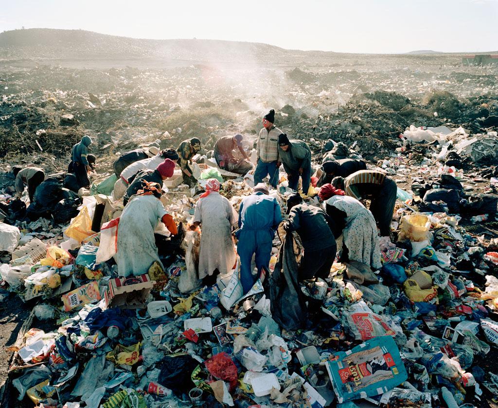 Mikhael Subotzky, Residents, Vaalkoppies Beaufort, West Rubbish Dump, 2006, Goodman Gallery.