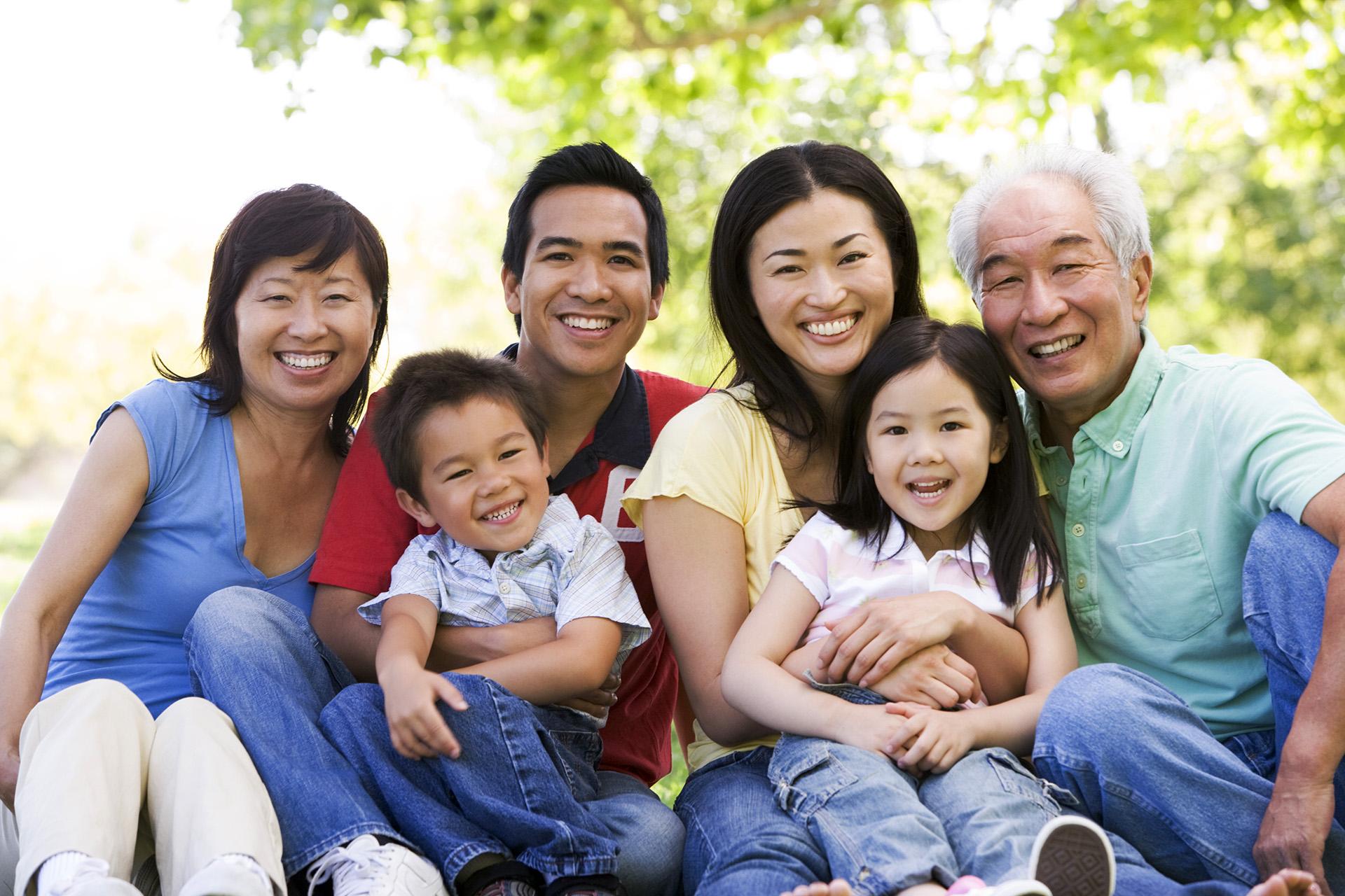 extendedfamilysittingoutdoorssmiling8081900.jpg