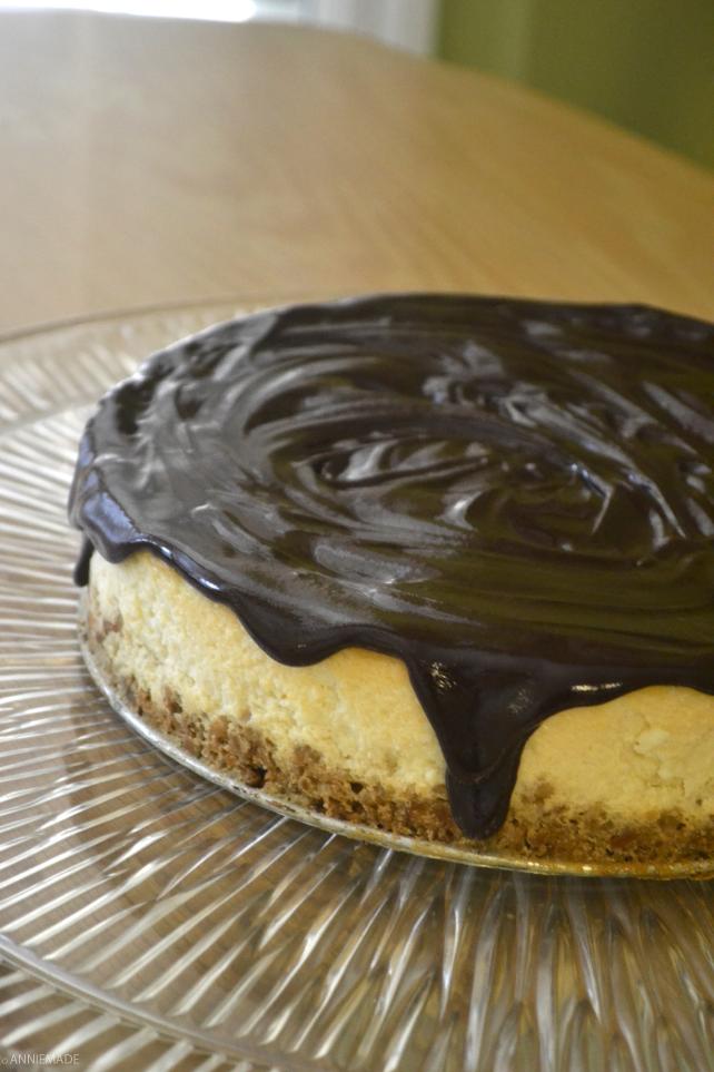 anniemade // Dark Chocolate Covered Pretzel Cheesecake that's easy AND gluten-free
