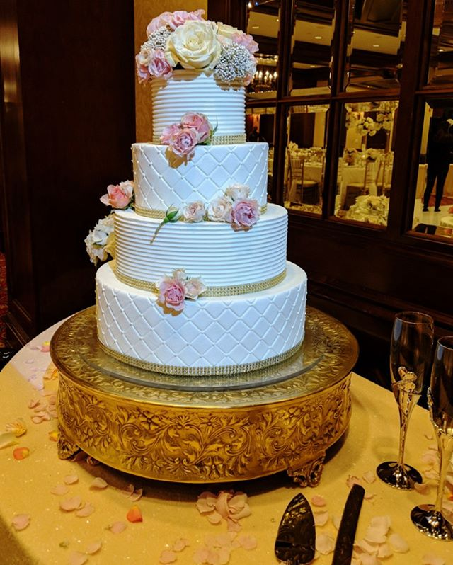 #weddingcake 🎂🎂 . . . #houstonwedding #houstonweddingplanner #weddingcake #cake #sayido #wedding #weddingdecor #bride #groom #weddingdecorations