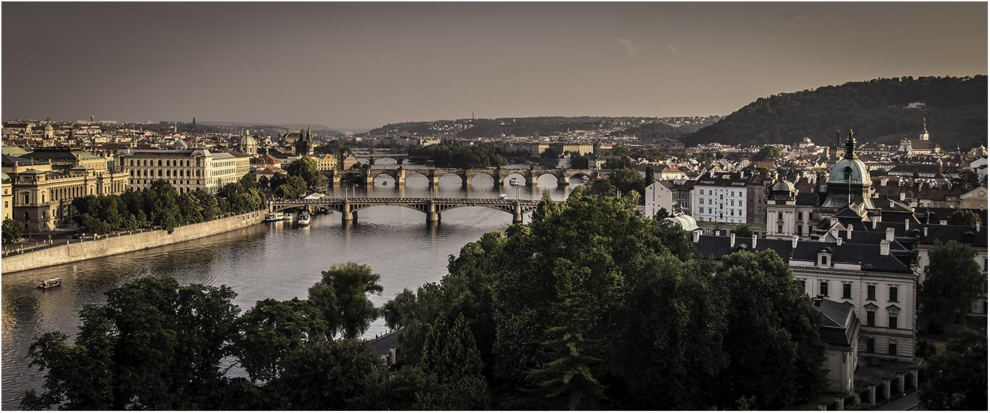 Вечер накрывает Прагу