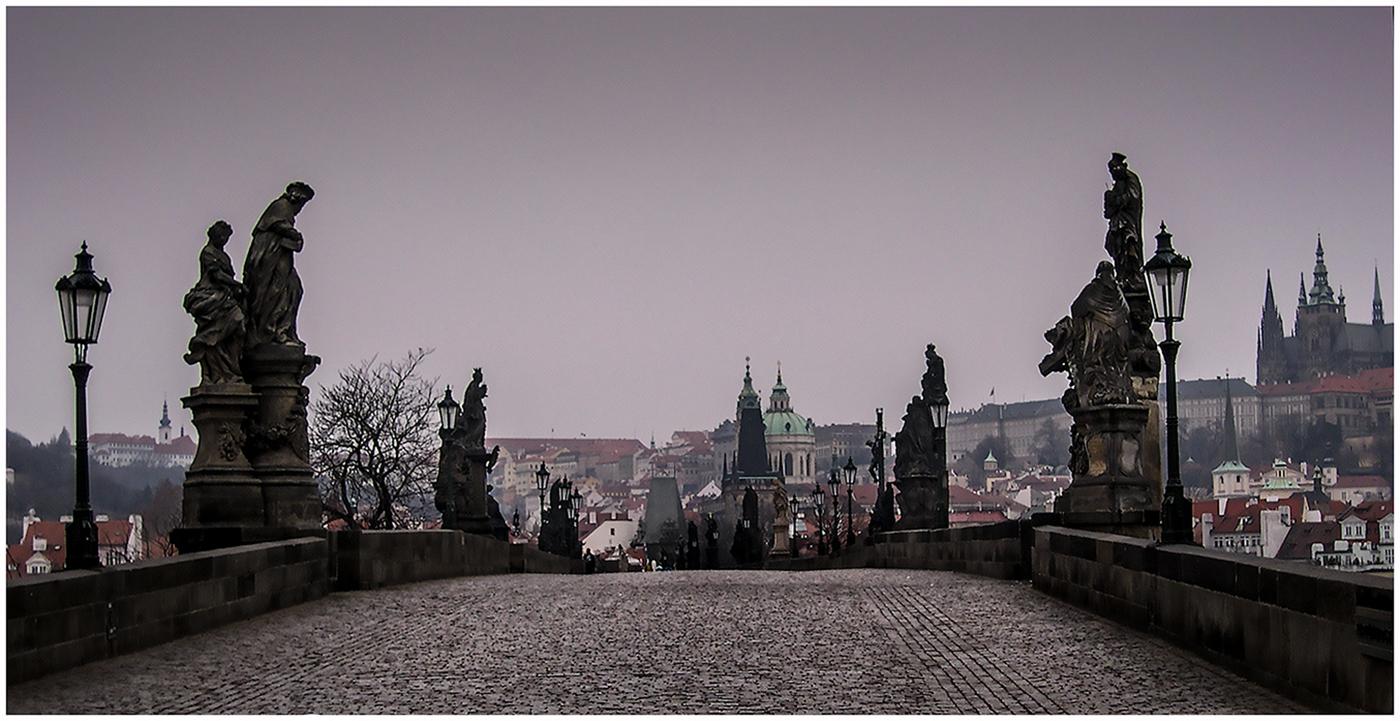 Пустынный Карлов мост. Прага 2004