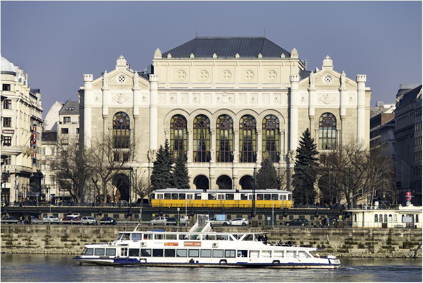 Трамвайные линии в Будапеште являются самыми загруженными в мире. Интервал в час пик составляет 60 — 90 сек.