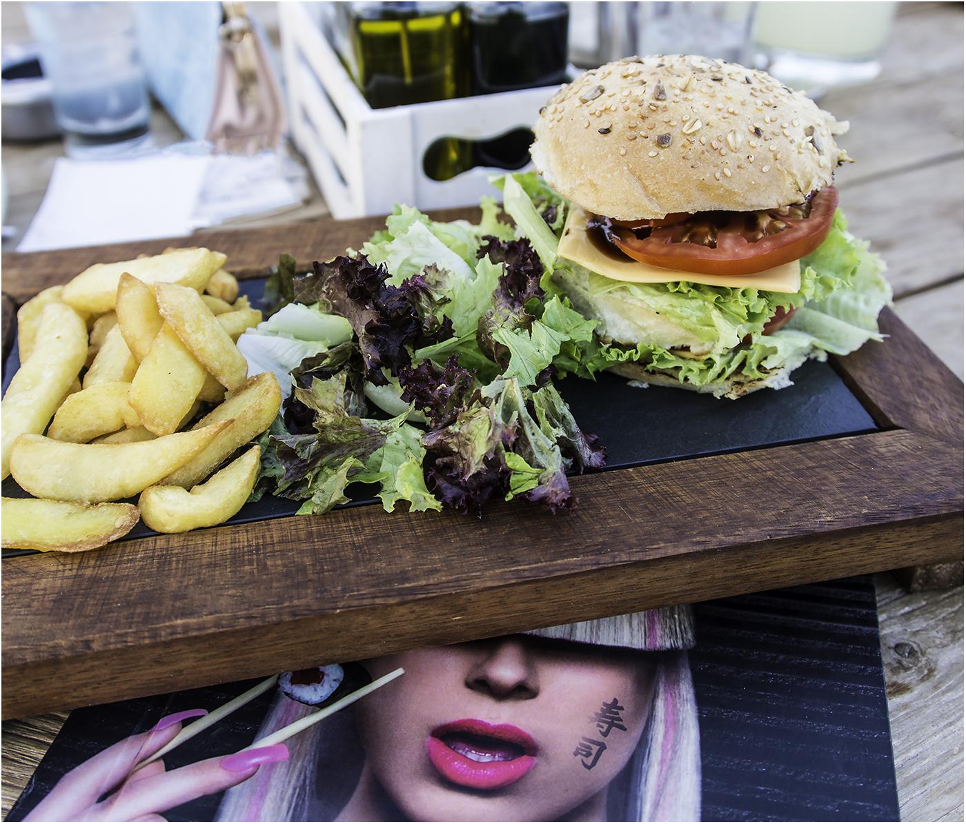 XXL бургер в суши баре