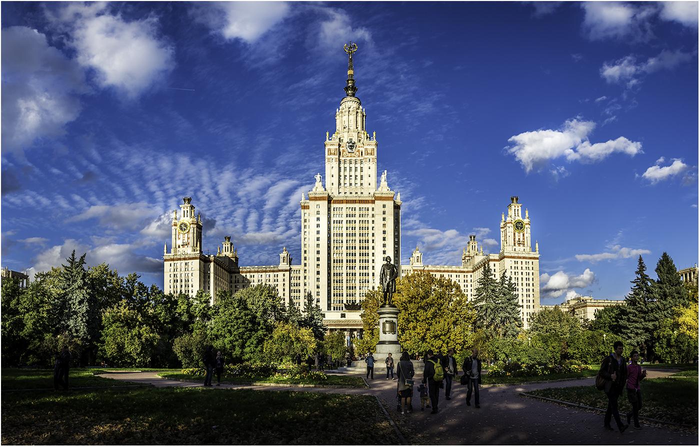 Главный корпус МГУ в лучах осеннегосолнца