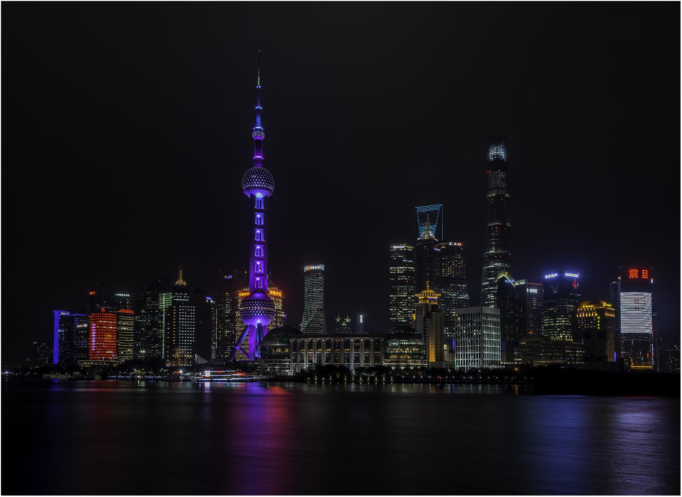 Ночная набережная Шанхая с видом на Oriental pearl tower и небоскребы: Шанхайский всемирный торговый центр, Цзинь Мао, Шанхайская башня