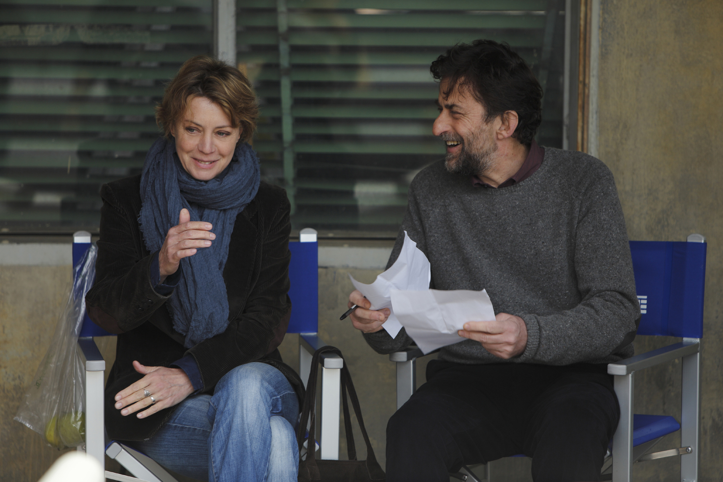 Margherita Buy and Nanni Moretti discuss the  Mia Madre  script on set.