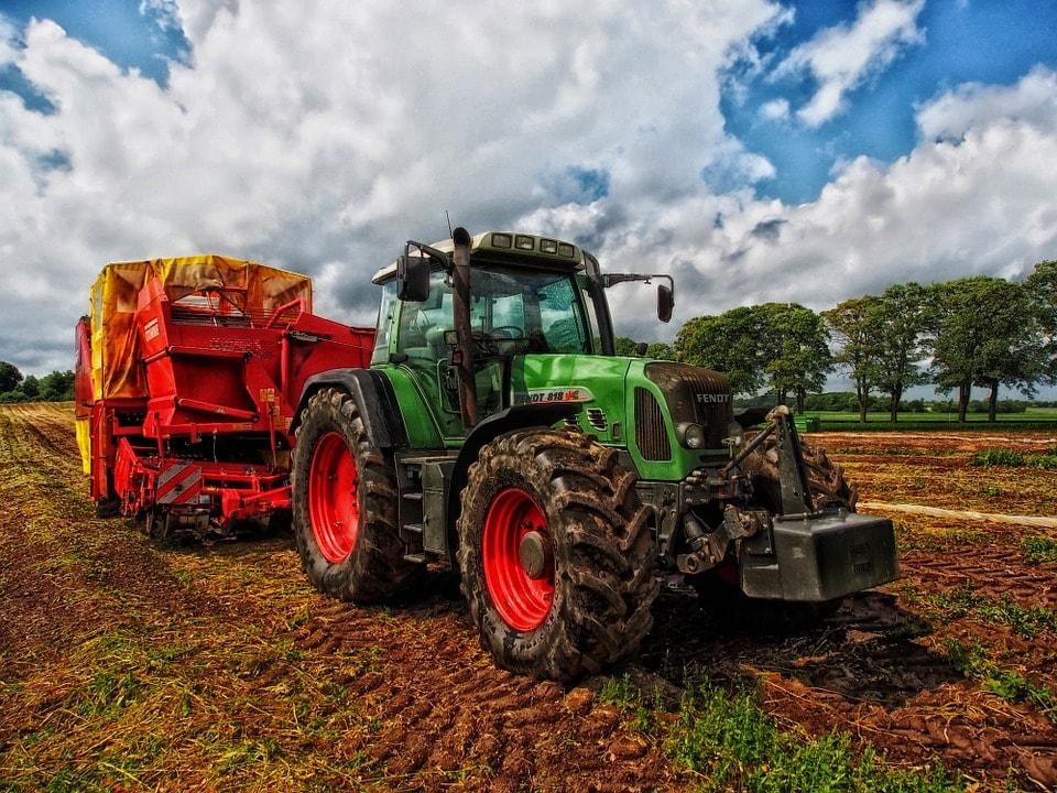 tractor-385681_960_720-min.jpg