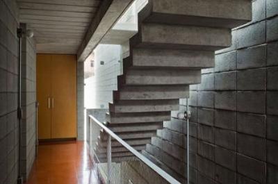 floating-stairs-concrete-hanging-querosene.jpg
