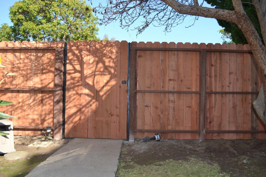 Conheart+Redwood+fence+and+gate.JPG