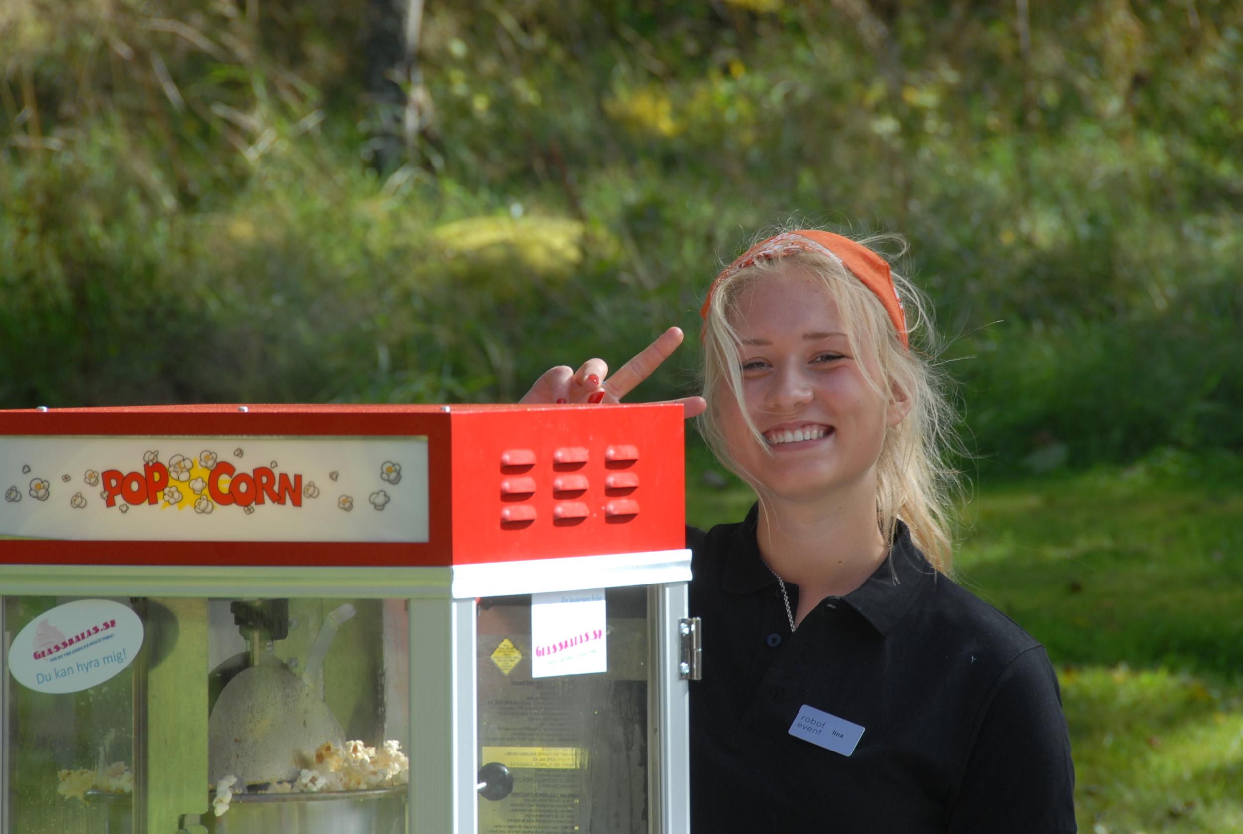 Lina och Popcornmaskinen.JPG