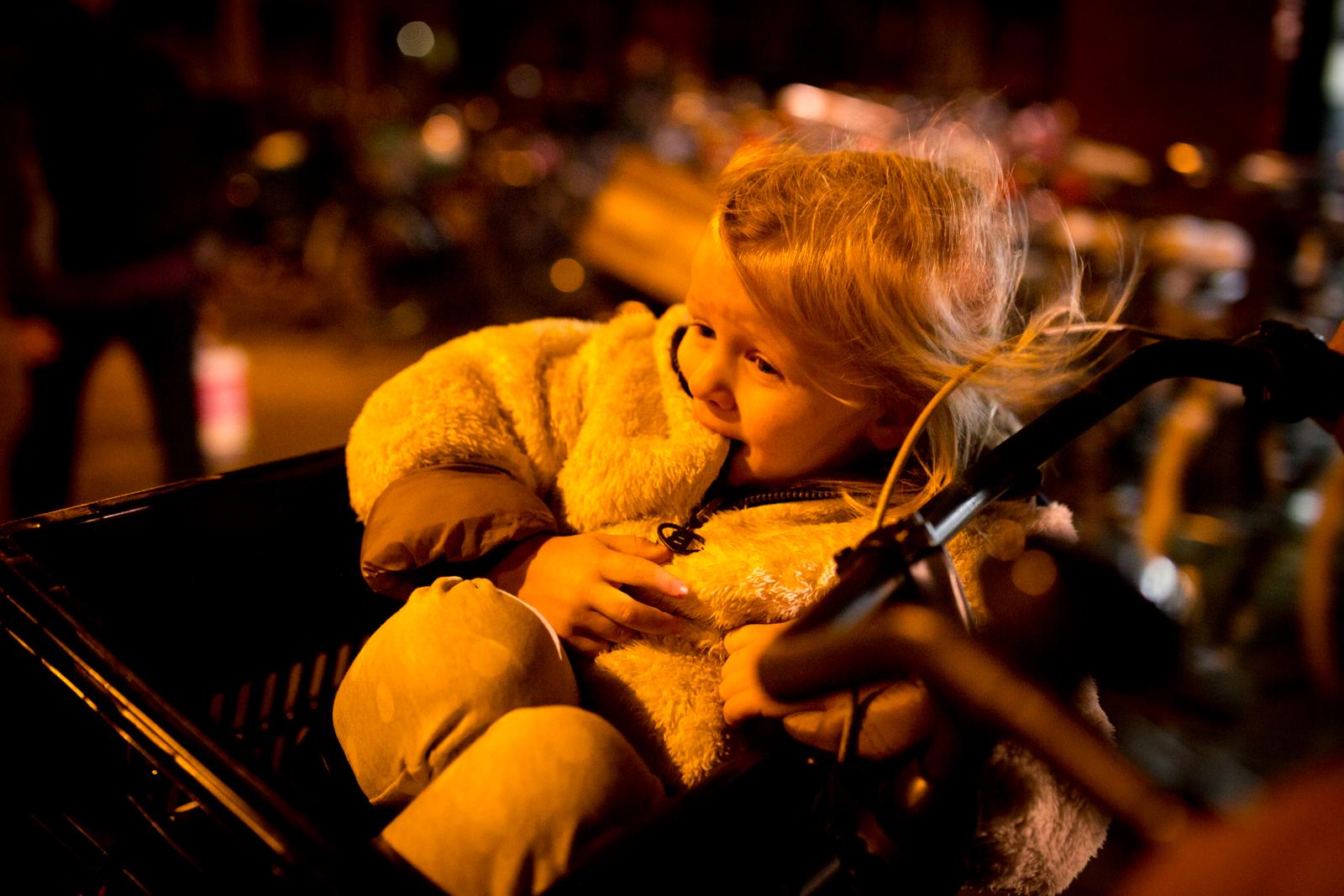 meisje straat avond.jpg
