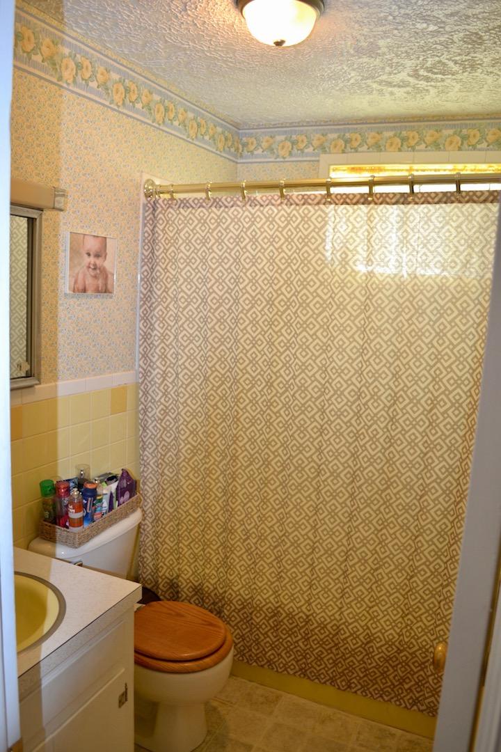 32-Upstairs-Full Bathroom.jpg